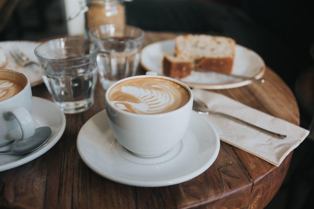 Kaffe auf Tisch mit Kuchen