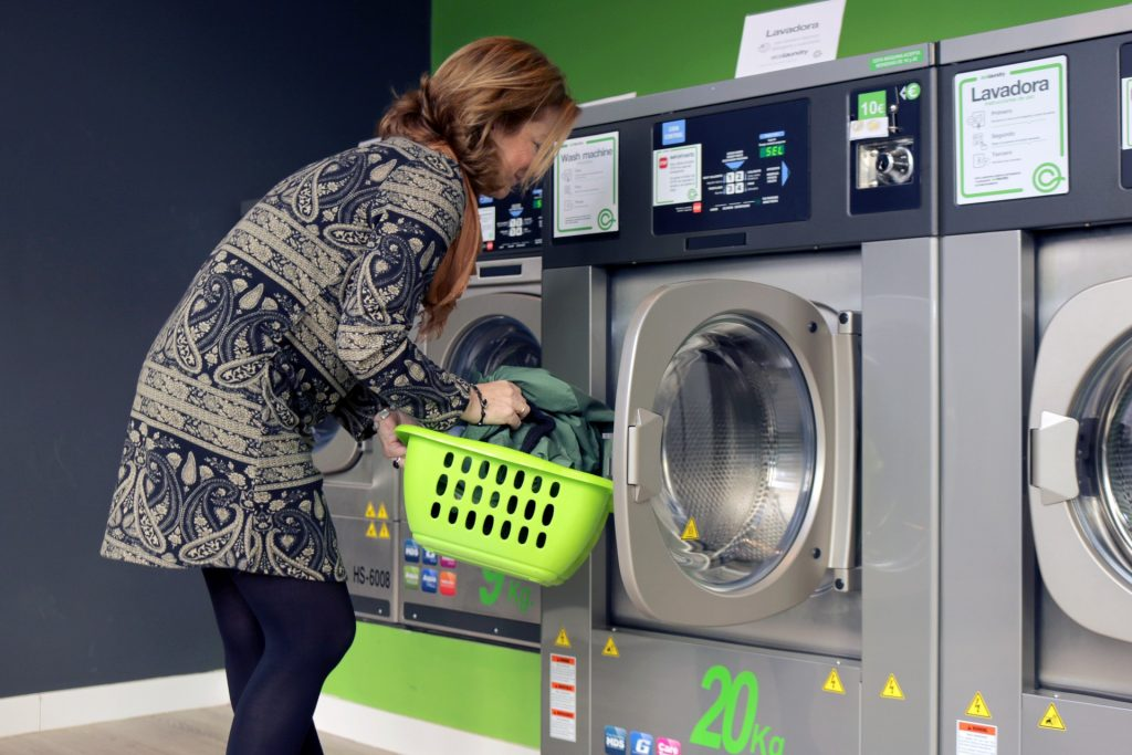 Frau an der Waschmaschine