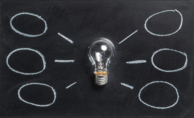 Glühbirne, links und rechts jeweils drei Sprechblasen .